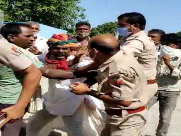 पुलिसकर्मी व वृद्ध आपस में एक-दूसरे से मारपीट करते हुए। - Dainik Bhaskar