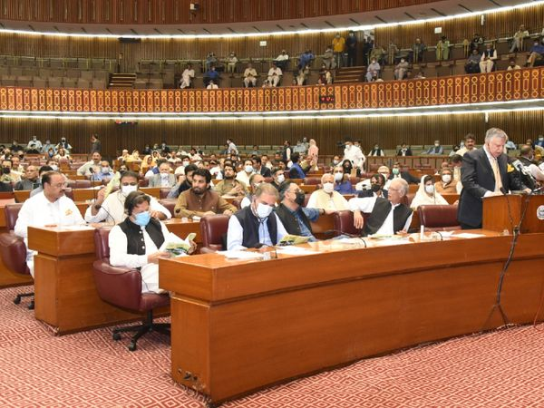 Imran and his aides during the presentation of the budget in the Parliament of Pakistan on Friday.  - Dainik Bhaskar