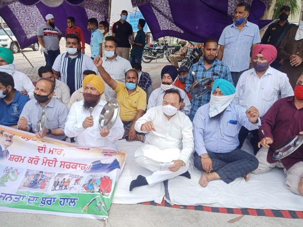 जालंधर में पेट्रोल पंप के बाहर प्रदर्शन करते कांग्रेस सांसद चौधरी संतोख सिंह, विधायक राजिंदर बेरी व अन्य कांग्रेसी नेता। - Dainik Bhaskar