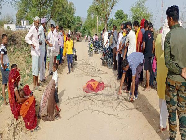 कांकरिया में एक्सीडेंट के बाद इकट्ठा ग्रामीण। - Dainik Bhaskar