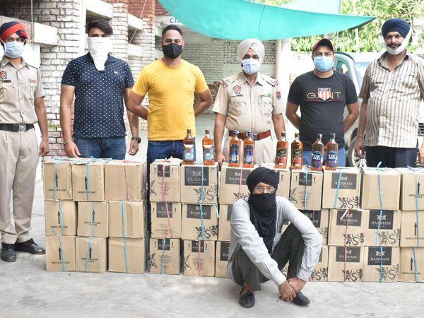 पकड़े गए आरोपी व उससे बरामद अवैध शराब के साथ CIA की टीम। - Dainik Bhaskar
