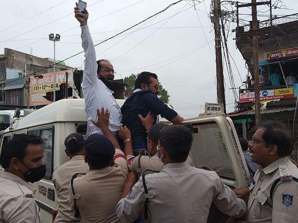 बाबई में कांग्रेसी कार्यकर्ताओं को पुलिस वाहन में जबरन बैठाया गया। - Dainik Bhaskar