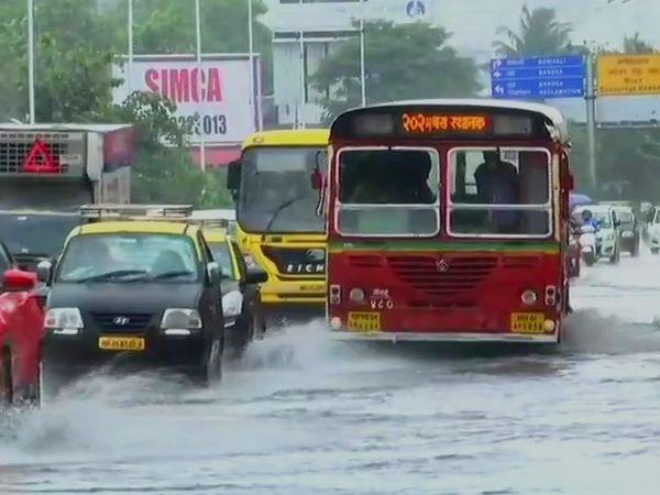 सिर्फ कुछ घंटे की बारिश के बाद मुंबई में सड़कों का ऐसा हाल हो गया है। - Dainik Bhaskar