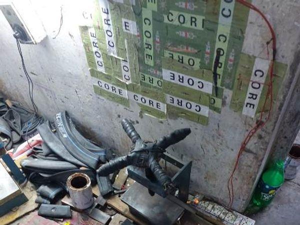 मौके से बरामद टयूब बनाने के उपकरण। - Dainik Bhaskar