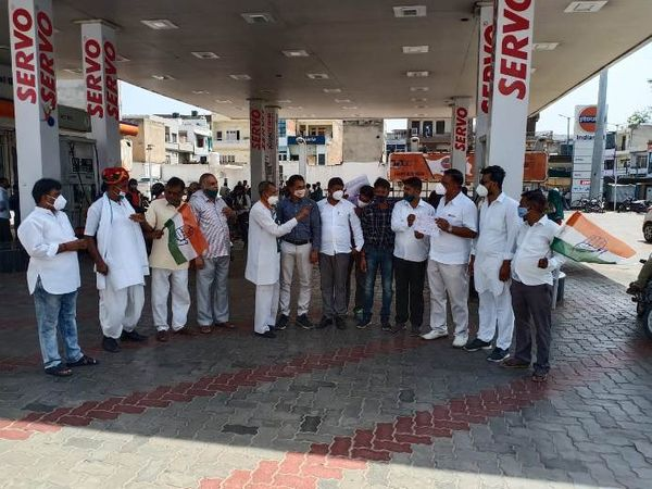 जिला मुख्यालय बजरिया स्थित पेट्रोल पंप के बाहर प्रदर्शन करते कांग्रेस कार्यकर्ता। - Dainik Bhaskar
