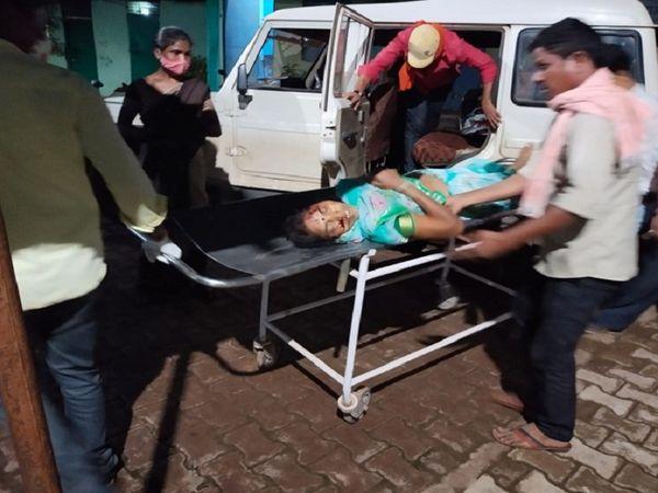 एबीस कंपनी का पिकअप वाहन पेड़ से टकरा जाने की वजह से बड़ा हादसा हुआ है। वाहन में करीब 20 से 22 लोग सवार थे। - Dainik Bhaskar
