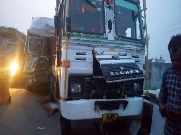 ट्रक खड़ा करके ड्राइवर लाइट ठीक करने लगा, तभी पीछे से दूसरे ट्रक ने मारी टक्कर। - Dainik Bhaskar