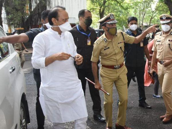 अजित पवार पुणे में पुलिस हेडक्वार्टर का निरीक्षण करने पहुंचे थे।