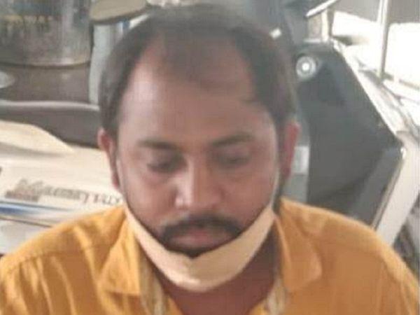 पटवारी अमित गुप्ता पर आरोप है कि उन्होंने बी-1, नक्शा, खसरा की नकल देने के एवज में 50,000 रुपए की रिश्वत की मांगी थी।