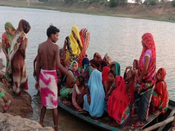 मृतक की मां ने खदान संचालकों पर उसके बेटे को मजदूरी न व उसकी हत्या कर शव नदी में फेंकने का आरोप लगाया। - Dainik Bhaskar