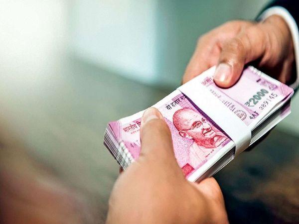 बैंक ने कहा कि कोविड के इलाज से संबंधित खर्चों के कारण लोगों के पास फाइनेंशियल समस्या खड़ी हो गई है। इसलिए बैंक ने गारंटी मुक्त कर्ज को लांच किया है - Dainik Bhaskar