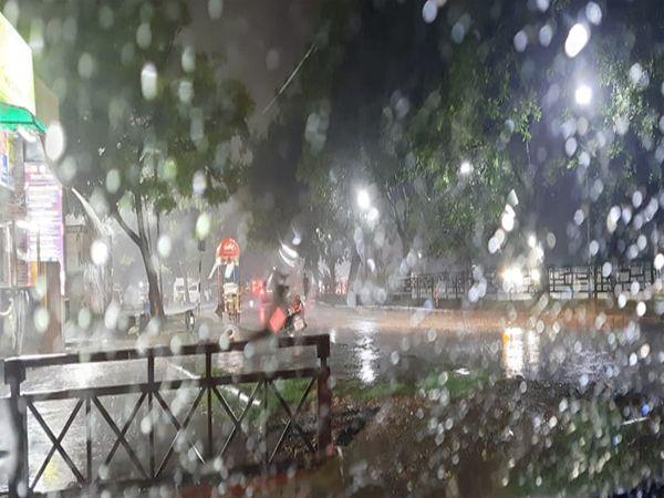 शहर में रात को तेज हवा के साथ बारिश हुई। आज भी बारिश के आसार है। - Dainik Bhaskar