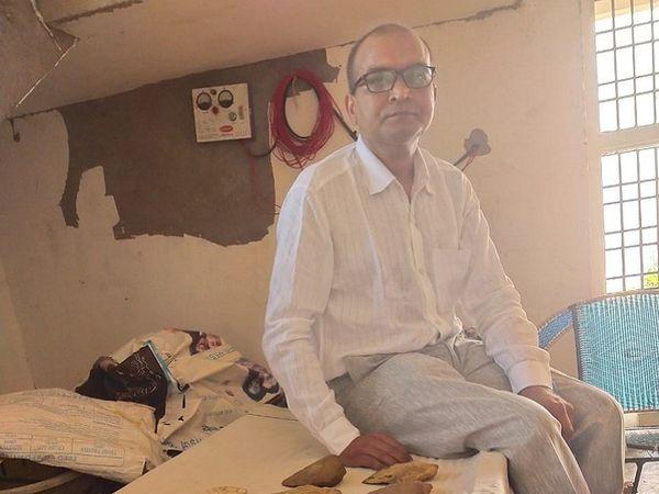 बिलासपुर के तोरवा निवासी डॉ. विनय तिवारी जशपुर के एक शासकीय कॉलेज में प्रोफेसर हैं।