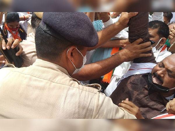 बीजेपी कार्यकर्ताओं और पुलिस � - Dainik Bhaskar