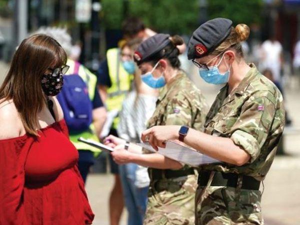 ब्लैकबर्न और डार्वेन शहर में सेना के सैकड़ों जवान टीकाकरण के लिए स्वास्थ्य कर्मियों की मदद कर रहे हैं। - Dainik Bhaskar