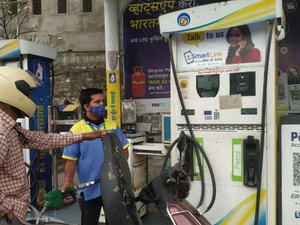 चेतक सर्किल पर पेट्रोल भरवाते शहरवासी। - Dainik Bhaskar