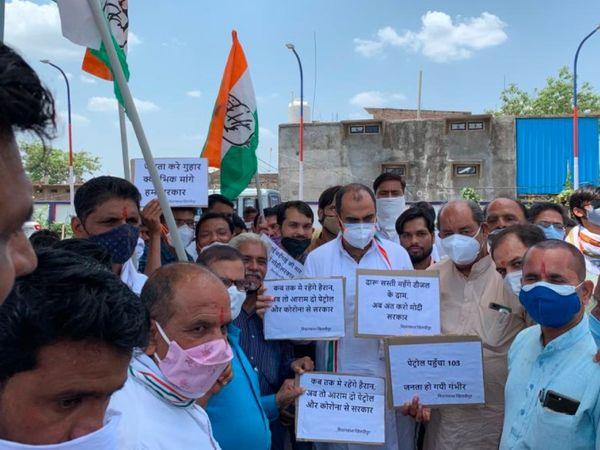 गुरुवार को पूर्व मंत्री एवं विधायक प्रियव्रत सिंह के नेतृत्व में खिलचीपुर में सरकार के खिलाफ पेट्रोल, डीज़ल, रसोई गैस तथा खाद्य तेलों के बढ़ते दामों को लेकर प्रदर्शन किया गया। - Dainik Bhaskar