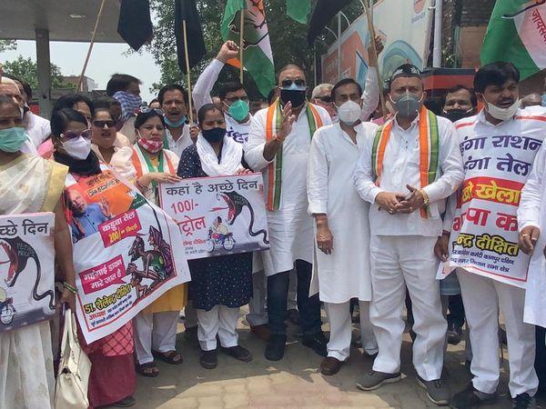 कानपुर में महंगाई के खिलाफ कांग्रेस  का प्रदर्शन। - Dainik Bhaskar