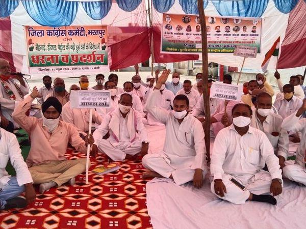 केंद्र सरकार के ख़िलाफ़ धरना देते कांग्रेसी। - Dainik Bhaskar