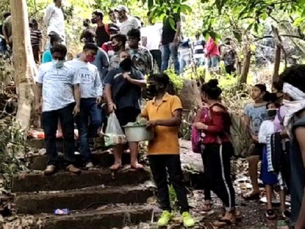 पुलिस ने घेराबंदी कर पर्यटकों को पकड़ लिया और 20 लोगों से 10 हजार से ज्यादा का जुर्माना वसूला गया। वहीं 20 बच्चों के परिजनों को बुलाकर समझाइश भी दी गई।