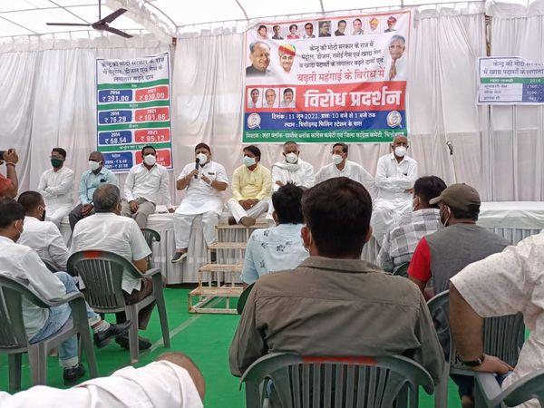 पेट्रोल पंप पर कांग्रेस का धरना देते कांग्रेसी। - Dainik Bhaskar