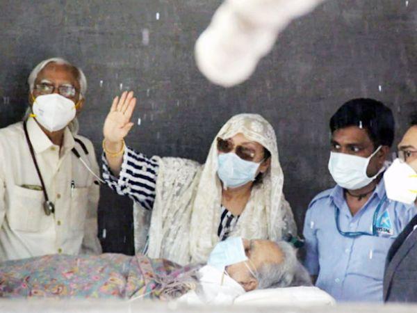 हिंदुजा हॉस्पिटल के बाहर दिलीप कुमार और सायरा बानो।