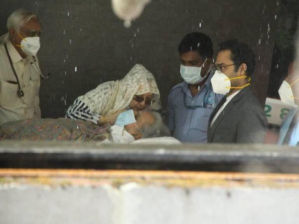 हॉस्पिटल से निकलने के दौरान दिलीप साहब को संभालती हुईं सायरा बानो। - Dainik Bhaskar