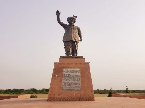 जीरोता में स्थापित राजेश पायलट की प्रतिमा।