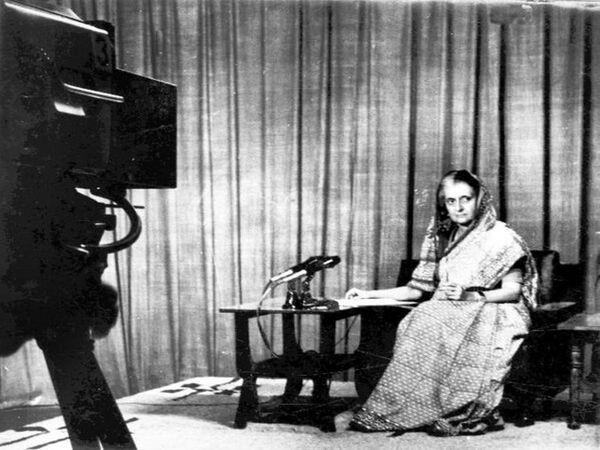 रेडियो पर इमरजेंसी की घोषणा करतीं इंदिरा गांधी।
