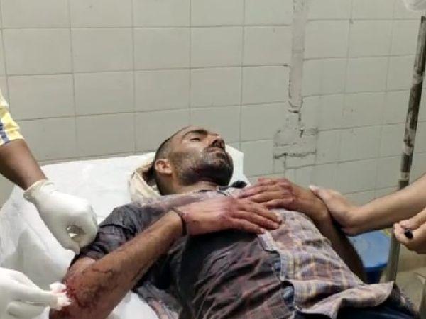 अस्पताल में भर्ती घायल युवक। - Dainik Bhaskar