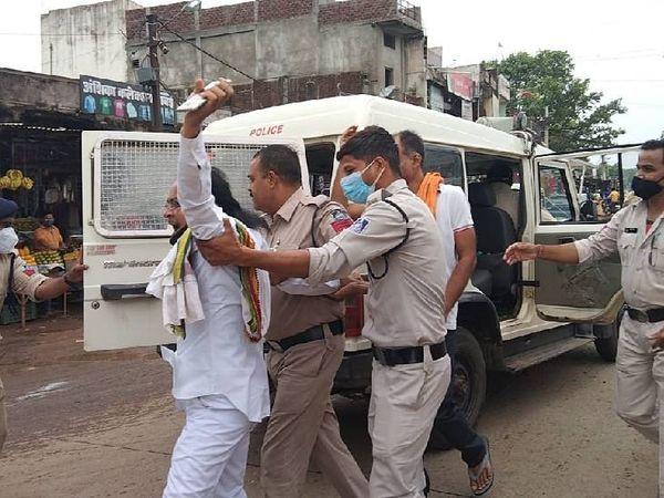 पुलिस ने प्रदर्शन के दौरान कांग्रेस कार्यकर्ताओं को गिरफ्तार कर लिया।