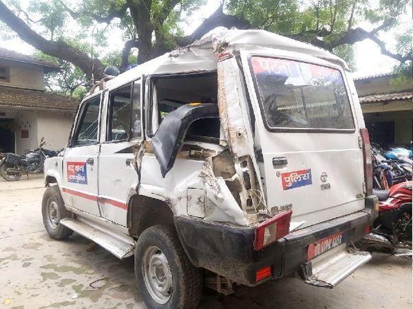 ट्रक से टक्कर के बाद क्षतिग्रस्त पुलिस वाहन - Dainik Bhaskar
