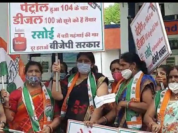बस स्टैंड पर प्रदर्शन करती महिला कांग्रेस कार्यकर्ता - Dainik Bhaskar