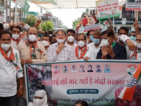 कांग्रेस कार्यकर्ता सोशल डिस्टेंसिंग की पालना करना भी भूल गए। पेट्रोल पंप पर प्रदर्शन के दौरान बड़ी संख्या में कार्यकर्ता मौजूद रहे।