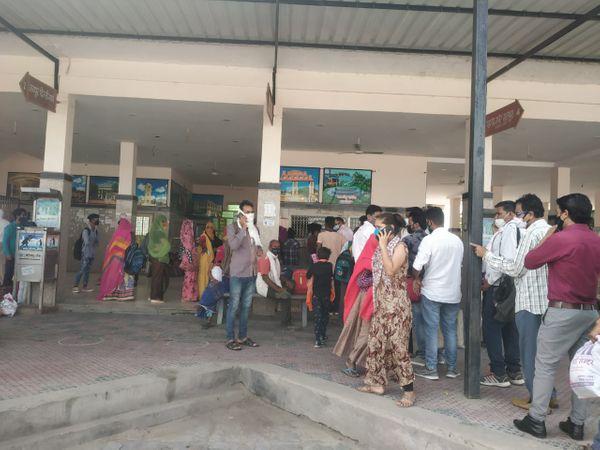 बस स्टैंड पर बस का इंतजार करते यात्री। - Dainik Bhaskar