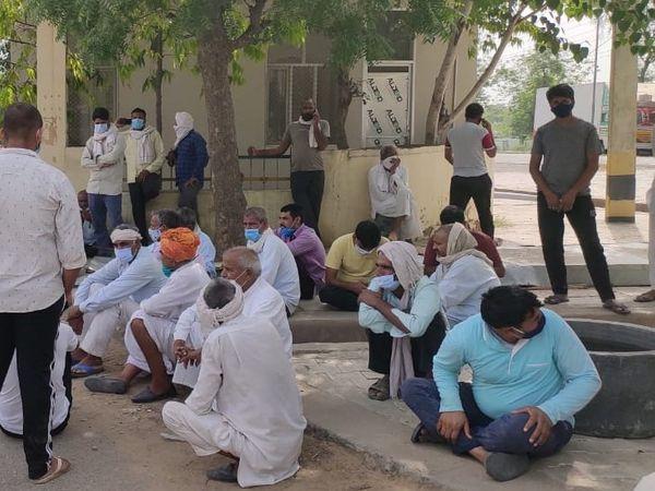 प्रतापसिंहपुरा गांव के लोग पहुंचे थाने। आरोपियों को तुरंत गिरफ्तार करने की मांग। - Dainik Bhaskar