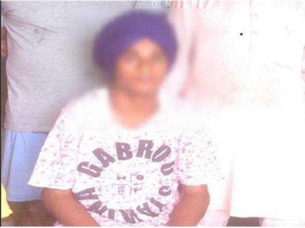 पीड़ित कुनाल शर्मा, जो पुलिस को अपनी कहानी सुनाते-सुनाते रो पड़ा। - Dainik Bhaskar