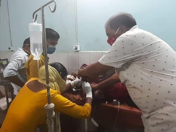 अस्पताल में घायल युवक का हो रहा इलाज। - Dainik Bhaskar