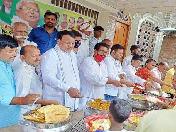 औरंगाबाद में लालूकी रसोई में खाना बांटते राजद कार्यकर्ता। - Dainik Bhaskar