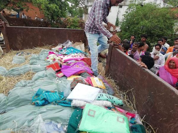 पांच बेटियों का पेट भरने के लिए उमा भी मजदूरी करने जाती थी। उसकी 18 साल की बड़ी लड़की अन्नपूर्णा, 16 साल की दूसरी बेटी यशोदा भी पढ़ाई के साथ-साथ काम करती थीं कि दो वक्त की रोटी का इंतजाम हो। - Dainik Bhaskar