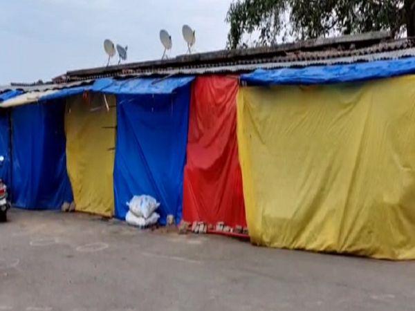 मंदिर बंद होने के कारण यहां की प्रसाद दुकानें भी बंद हैं, इन्हें अब भी दुकान खोलने की भी अनुमति नहीं है। जिसके कारण दुकानदार काफी परेशान हैं।
