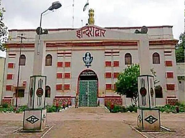 नैनी सेंट्रल जेल अब कोरोना मुक्त हो चुकी है। यहां कैदियों के लिए वैक्सीनेशन भी शुरू कराया जा रहा है। - Dainik Bhaskar