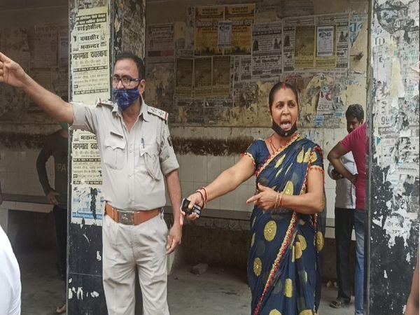 पुलिस के साथ हंगामा करनेवाली महिला। - Dainik Bhaskar