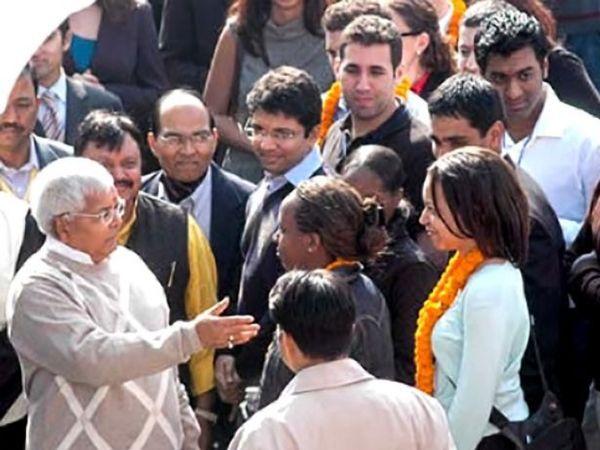 तस्वीर 2006 की है। तत्कालीन रेल मंत्री लालू यादव दिल्ली में हार्वर्ड बिजनेस स्कूल और व्हार्टन बिजनेस स्कूल के छात्रों से मिलते हुए। फोटो-सोनदीप शंकर