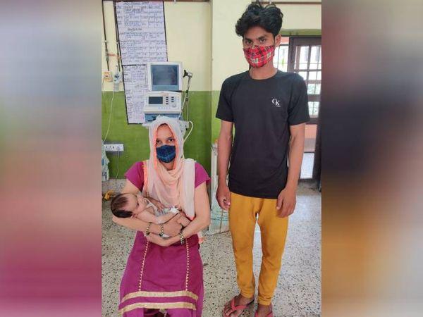गुरुवार को बच्ची डिस्चार्ज की गई। मां ने उसे अपने गोद में लिया। - Dainik Bhaskar