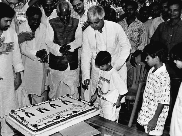 तस्वीर तब की है जब मुख्यमंत्री बनने के बाद पहली बार लालू ने अपना बर्थ डे मनाया था। इस दौरान उनके दोनों बेटे तेज प्रताप और तेजस्वी भी मौजूद थे। फोटो - राजीव कांत