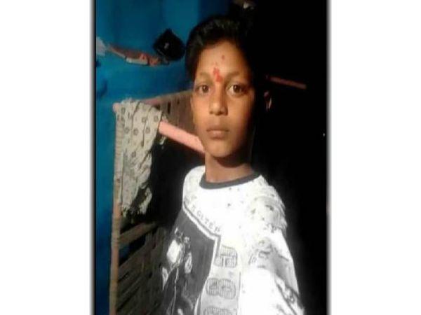 दो दिन से लापता दीपेश काछी की 30 मई को मिली थी रक्तरंजित लाश। - Dainik Bhaskar