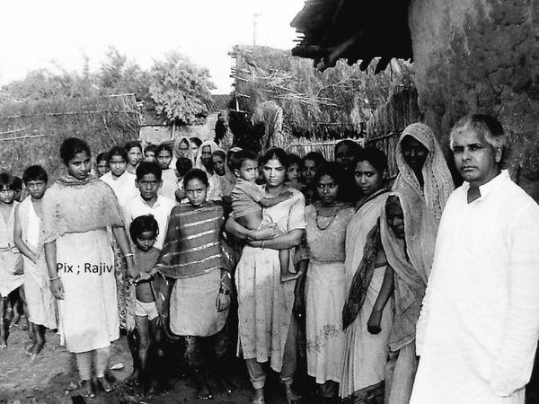तस्वीर तब की है जब मुख्यमंत्री बनने के बाद पहली बार लालू अपने गांव फुलवरिया गए थे। फोटो - राजीव कांत