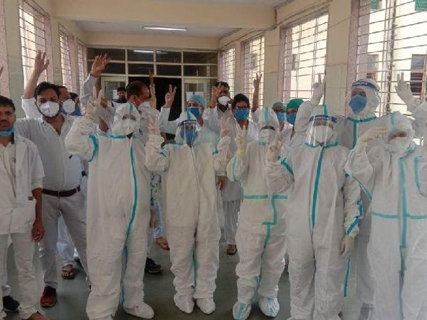 पीपीई किट पहनकर विरोध प्रदर्शन करतीं नर्सेज। - Dainik Bhaskar