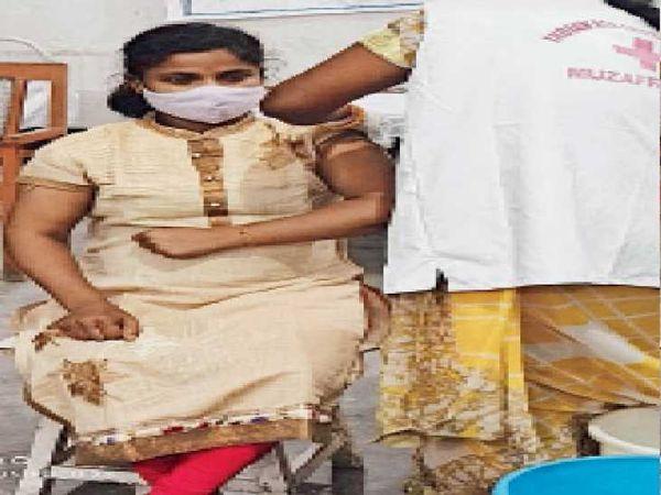 रेड क्रॉस में दी जा रही कोरोना वैक्सीन। - Dainik Bhaskar